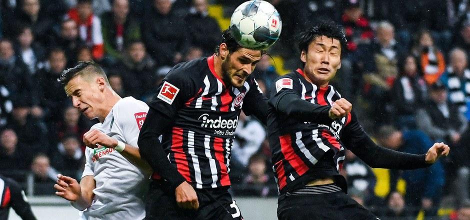 Beim 2:2 in Frankfurt warf sich Bremen-Verteidiger Marco Friedl (l.) wieder in die Zweikämpfe.