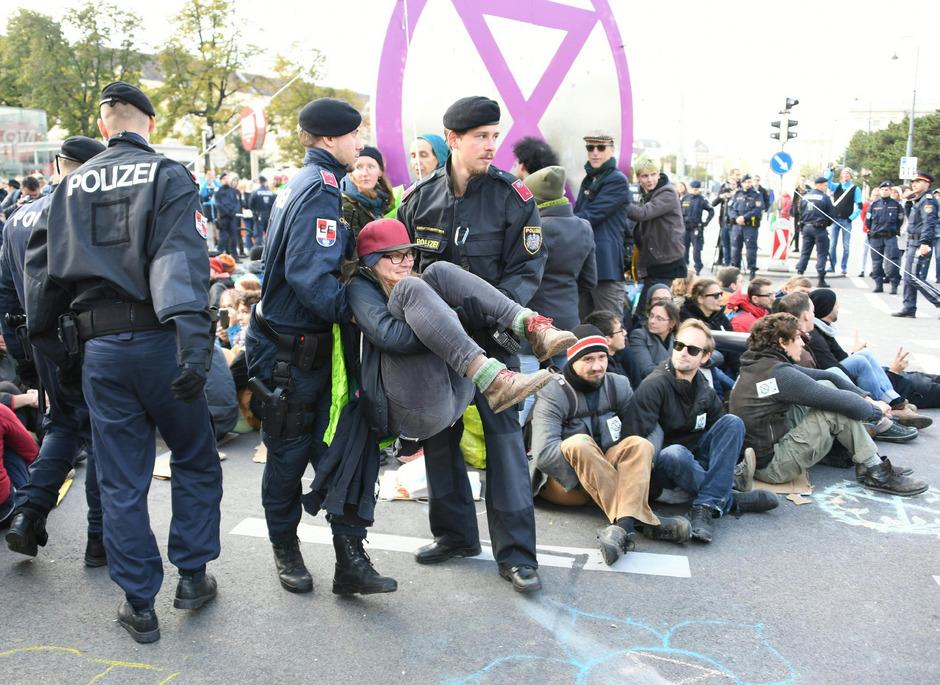 Einsatzkräfte der Polizei beenden eine Blockade beim Museumsquartier.