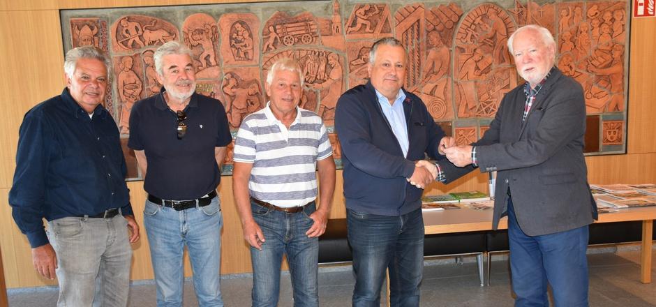 Historiker Werner Holzner (r.) übergab die aufgearbeitete Haiminger Waalgeschichte an BM Josef Leitner (2.v.r.) im Beisein von Hubert Wammes, Peter Zaderer und Burghard Fiechtner (v.l.).