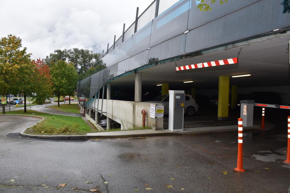 Seit einer Woche versperren Schranken die Einfahrt in die Hochgarage bei den Schwazer Sportanlagen. Gratis parken war einmal.