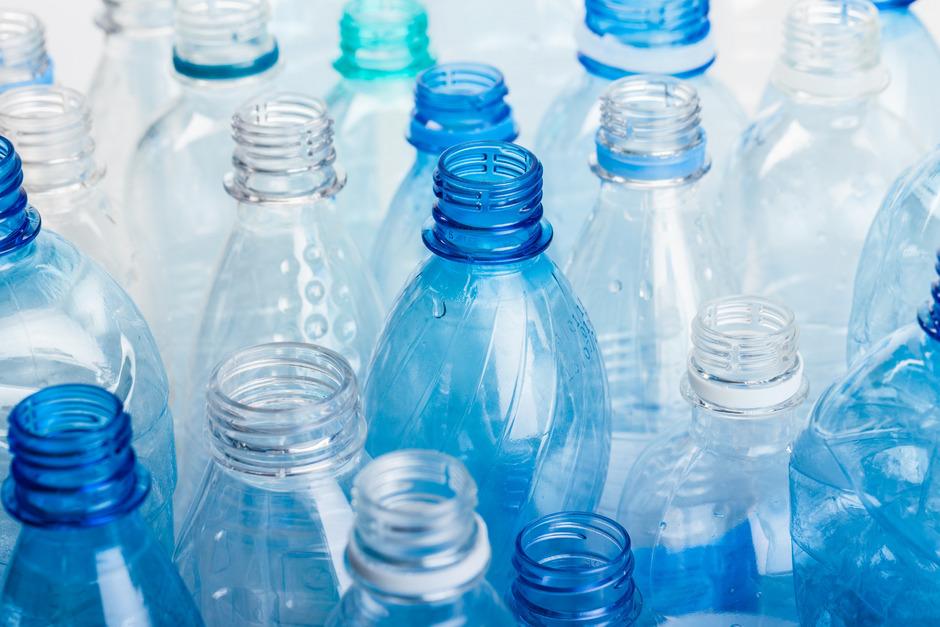"""Zwischen drei und fünf Tonnen Plastikmüll fallen an der Uni Innsbruck jährlich an. """"Im Jahr 2018 waren es nur 2,1 Tonnen, was mir zeigt, dass unsere Initiativen wirken"""", sagt Vizerektorin Bockreis."""
