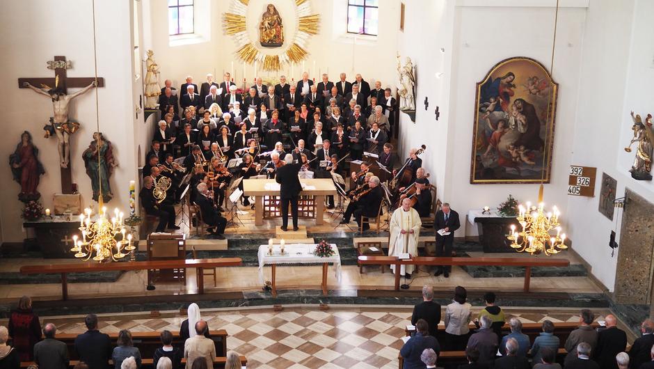 Aufführung der Festmesse von Karl Koch vor einem Jahr in der Reuttener Pfarrkirche mit Dirigent Franz Walcher.