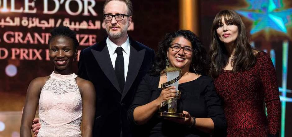 Schauspielerin Monica Bellucci überreichte Sudabeh Mortezai (2. v.l.) eine Trophäe beim Filmfest von Marrakesch.