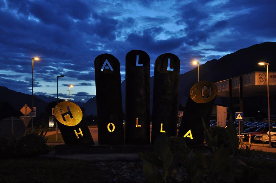 """In der Nacht sind die Schriftzüge """"Hallo"""" und """"Holla"""", die aus den Pipelinerohren geschnitten wurden, besonders deutlich zu sehen."""