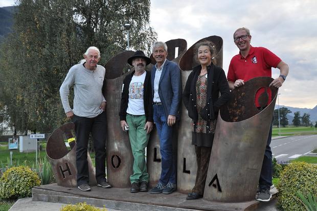 """Die Kreisverkehrskünstler Bernhard Witsch, Otmar Senn, Vize-BM Gerhard Wallner, Ursula Beiler und Mario Raich (v.l.) mit der """"Holla-Hand""""."""