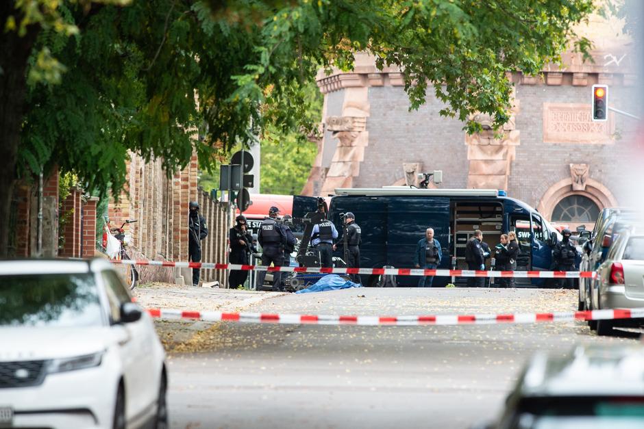 Polizisten am Platz vor der Synagoge.