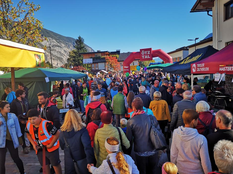Die Besucher des Haiminger Markts hatten die Qual der Wahl: 90 Stände boten Waren an.