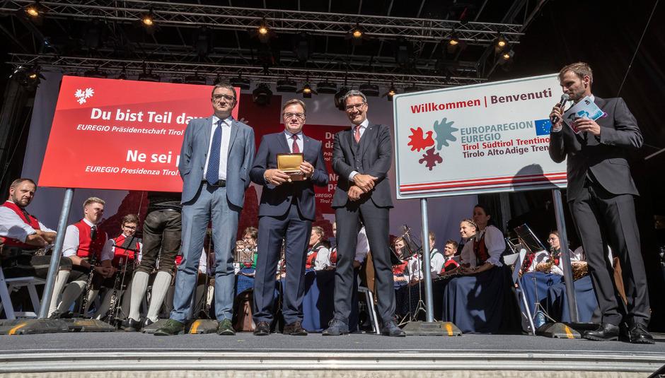 Hält nun den Schlüssel für den Euroregio-Sitz in Bozen in den Händen: LH Günther Platter (M.), flankiert von Maurizio Fugatti (Trentino; l.) und Arno Kompatscher (Südtirol).