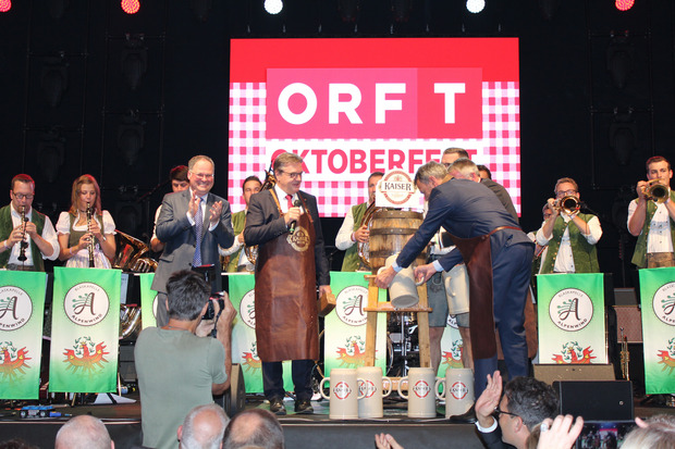 Flankiert von LH Günther Platter setzte Innsbrucks BM Georg Willi bei der Herbstmesse-Eröffnung zum obligaten Bieranstich an, während sich die ersten Messe-Besucher in den Hallen bereits kundig machten.
