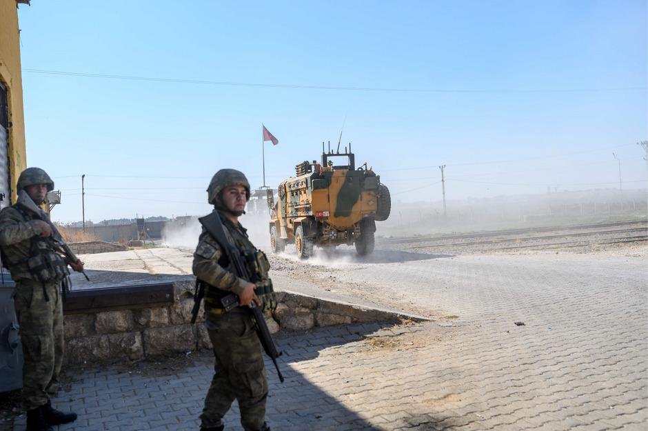 Von der Türkei gestützte Kämpfer der syrischen Opposition an der Grenze der beiden Staaten bei Akcakale.