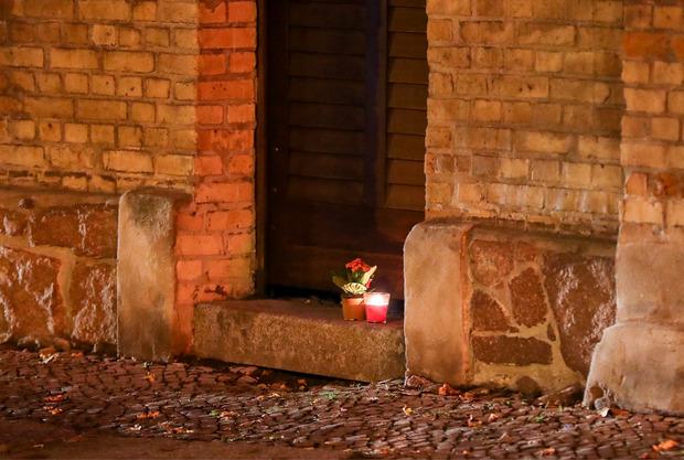 Eine Kerze steht vor der Synagoge in Halle.
