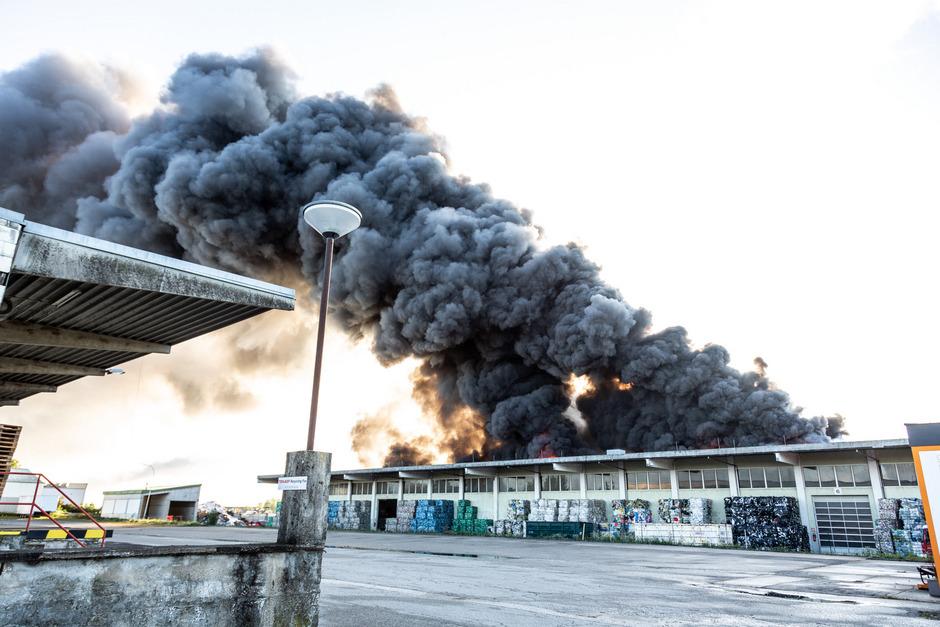 Bei einer Explosion in einem Entsorgungsbetrieb in Hörsching (Bezirk Linz-Land) sind am Donnerstag, 10. Oktober 2019, neun Personen verletzt worden.