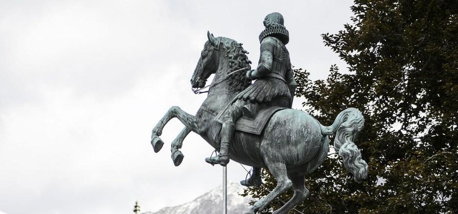 Das Reiterstandbild am Leopoldsbrunnen ist wieder an seinen angestammten Platz am Rennweg zurückgekehrt.