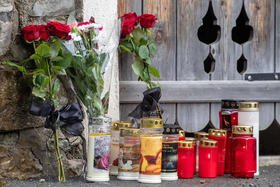 Kerzen und Blumen als Zeichen der Trauer und des Mitgefühls am Tatort im Kitzbüheler Stadtteil Vordergrub.