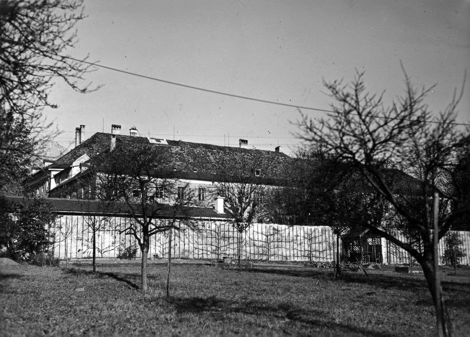 Das Foto zeigt eine Teilansicht der Heil- und Pflegeanstalt Hall, vermutlich aus der Zeit des Nationalsozialismus.