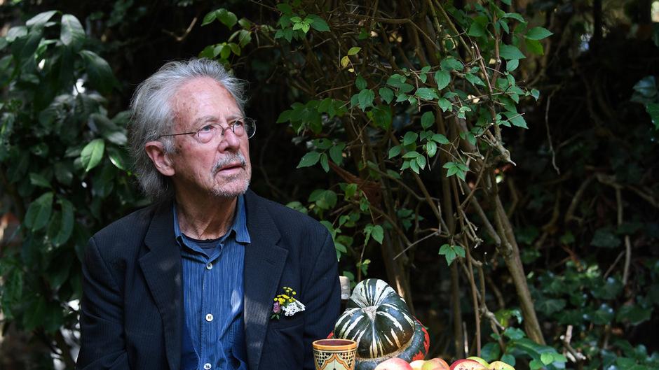 Peter Handke erhält den Literaturnobelpreis 2019. Am Nachmittag stellte er sich in seinem Haus den Journalisten.