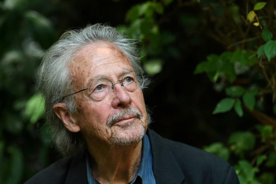 """Ein Leser """"und vielleicht sogar Schreiber von dem, was Goethe Weltliteratur genannt hat"""": Peter Handke in seinem Garten in Chaville nahe Paris."""