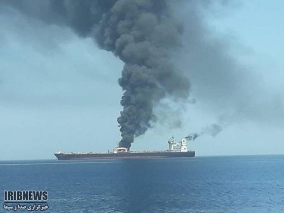 In sozialen Medien kursierten Fotos eines Öltankers, von dem eine schwarze Rauchsäule aufsteigt.
