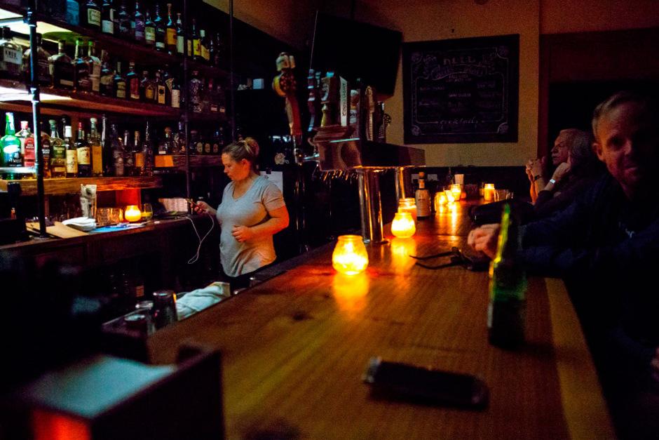 Diese Bar in Sonoma, Kalifornien stieg in der Zwischenzeit auf Kerzenlicht um.