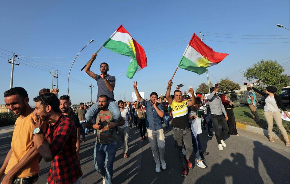In kurdischen Regionen in Syrien, Irak und der Türkei wird heftig gegen die Offensive in Nordsyrien protestiert.