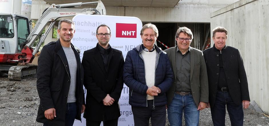 Die Architekten Robert Reichkendler und Michael Schafferer mit BM Hans Lintner, NHT-Geschäftsführer Hannes Gschwentner und VBM Rudolf Bauer (v.l.) bei der Baustellenbesichtigung.
