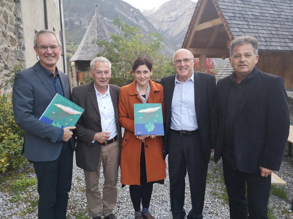 """Gottfried Kompatscher (Tyrolia), Felix und Anna Mitterer, Günther Dankl und Musiker Siggi Haider präsentierten das Buch """"Chryseldis"""" auf Schloss Landeck."""