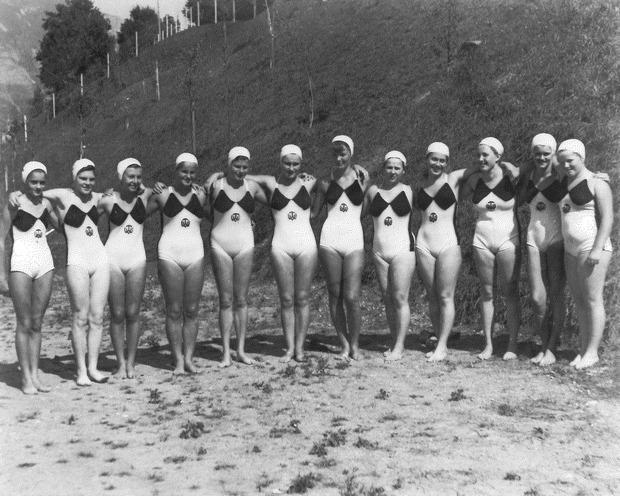 """Historisches Bild von TWV-Schwimmerinnen – auch """"Figurenliegen"""" (Synchronschwimmen) war einst eine Sektion des Vereins."""
