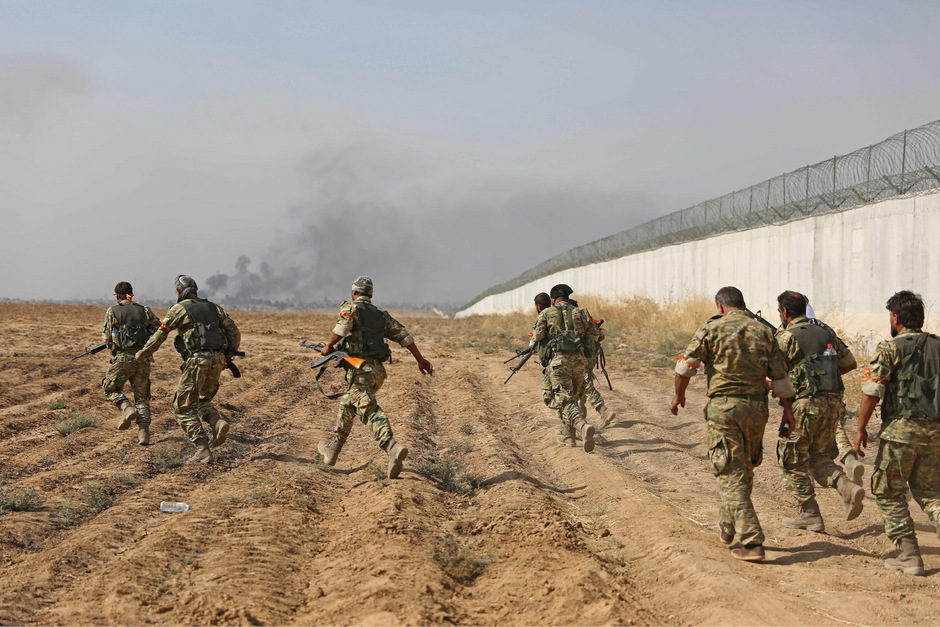 Pro-türkische syrische Kämpfer überqueren die Grenze bei Akcakale.
