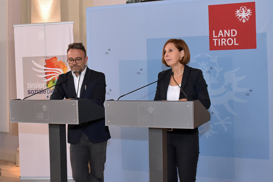 TSD-Geschäftsführer Johann Aigner und Landesrätin Gabriele Fischer bei der Präsentation des neuen Projekts für Frauen.