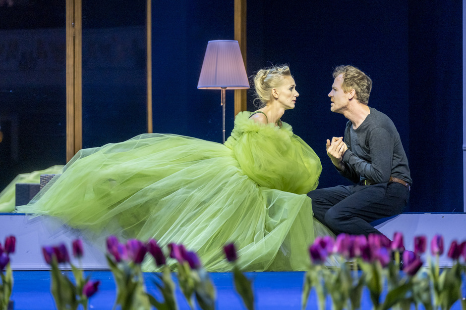 """Wortreich versucht Alceste (Raphael Kübler) der jungen Witwe Célimène (Marion Fuhs) seine Liebe zu erklären, doch das """"Society Girl"""" erhört ihn nicht."""
