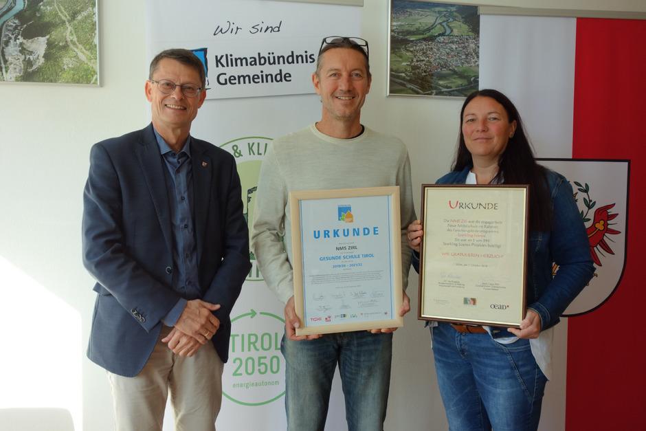BM Thomas Öfner (l.) und GR Marion Plattner (Bildungsausschuss) gratulierten NMS-Direktor Stefan Zangerl zum Erfolg seiner Schule.