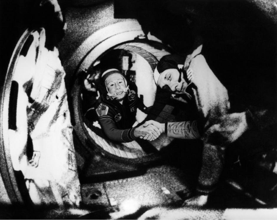 Alexej Leonov (.) und US-Kommandant Thomas Stafford (r.) im Juli 1975.