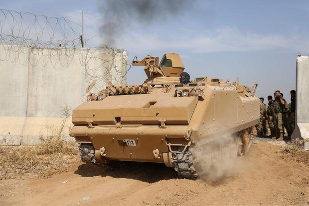 Pro-türkische syrische Streitkräfte an der Grenze.