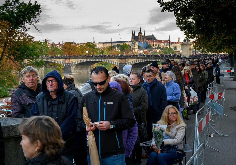 Tausende Menschen standen stundenlang an, um sich von Karel Gott zu verabschieden.