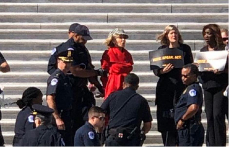 Vor dem US-Kapitol wurde die 81-Jährige festgenommen.