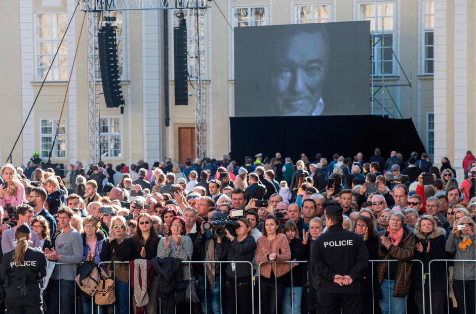 "<span class=""TT11_Fotohinweis"">People crowd at the Saint Vitus Cathedral as the coffin of Czech singer Karel Gott is transported after a funeral mass in the Saint Vitus Cathedral at the Prague Castle, on October 12, 2019 in Prague. - Czech pop singer Karel Gott, who was a particular favourite in neighbouring Germany, died on October 1, 2019 at the age of 80. (Photo by Michal CIZEK / AFP)</span>"
