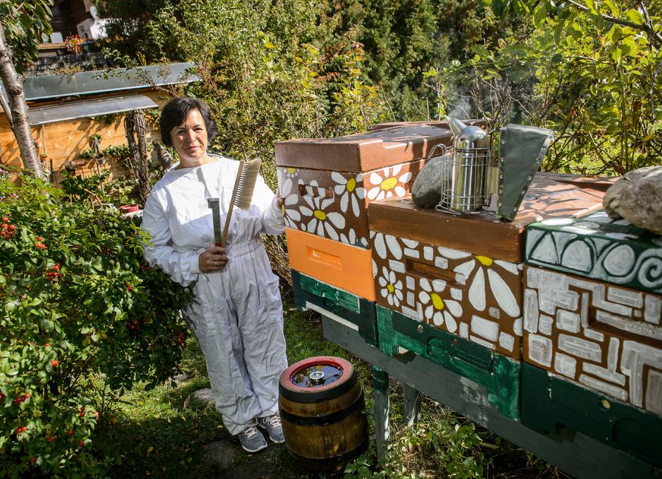 Regina Stemberger nützt die schönen Tage, um ihren Bienenstock für den Winter vorzubereiten.