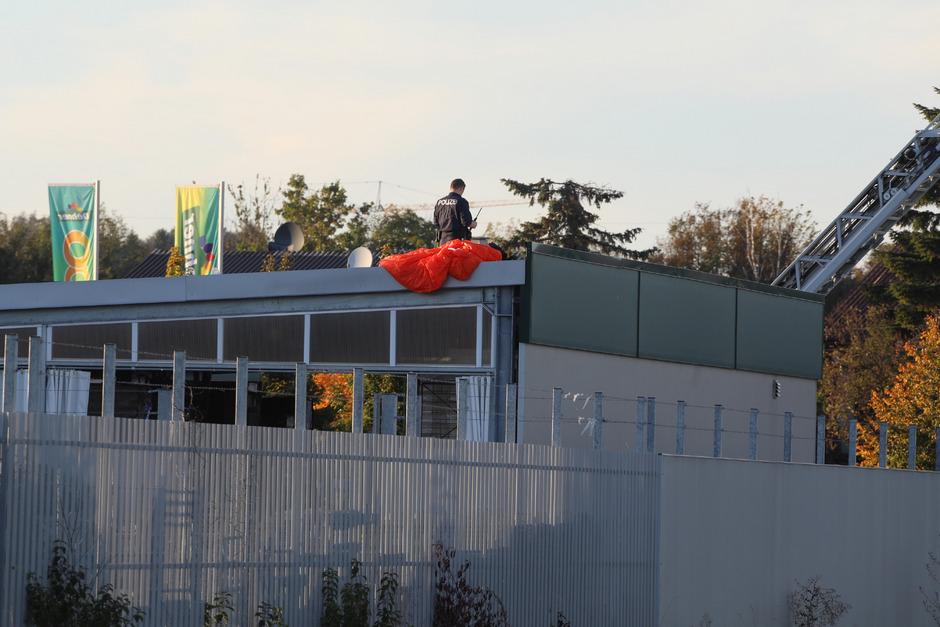 Einer der Fallschirmspringer fiel auf das Dach einer Firma. Er verstarb im Krankenhaus.