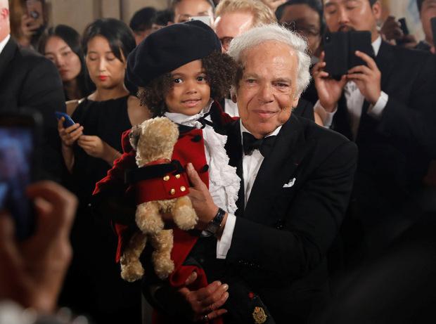 Designer Ralph Lauren mit einem Kinder-Model anlässlich seines 50-jährigen Fashion-Events im September des Vorjahres.
