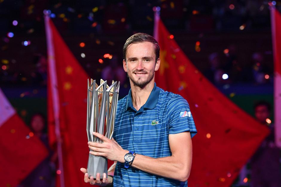 Daniil Medwedew hält stolz seine Siegestrophäe.