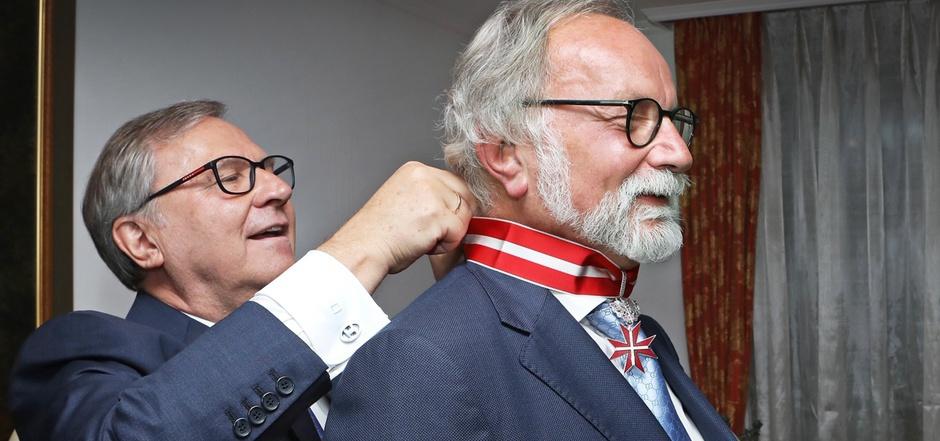 Botschafter Schwarzinger (l.) überreichte Botschafter Reiterer den Orden.