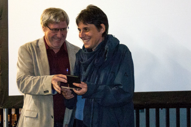 Bei der Überreichung des Landesmeistertitels: Christian Newesely vom Verband der Österreichischen AmateurFotografen Vereine mit Martina Matuella (l., v.l.).
