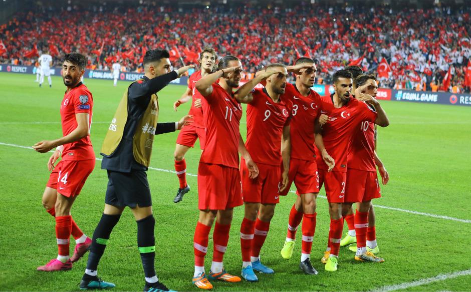 """Dieser """"Jubel"""" der türkischen Spieler sorgt für Aufregung."""