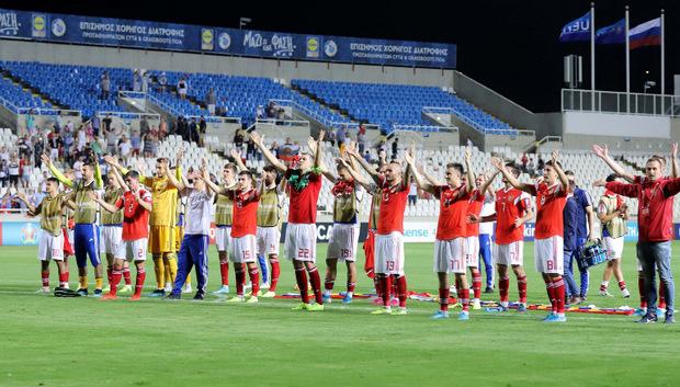 Die russischen Kicker feierten mit den mitgereisten Fans in Zypern.