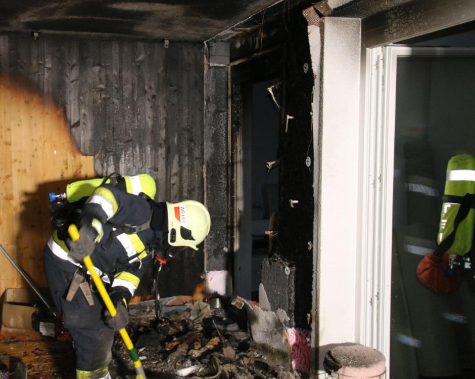 Am Sonntag gegen brach auf dem Balkon einer Wohnung eines Mehrparteienhauses in Imst Feuer aus.
