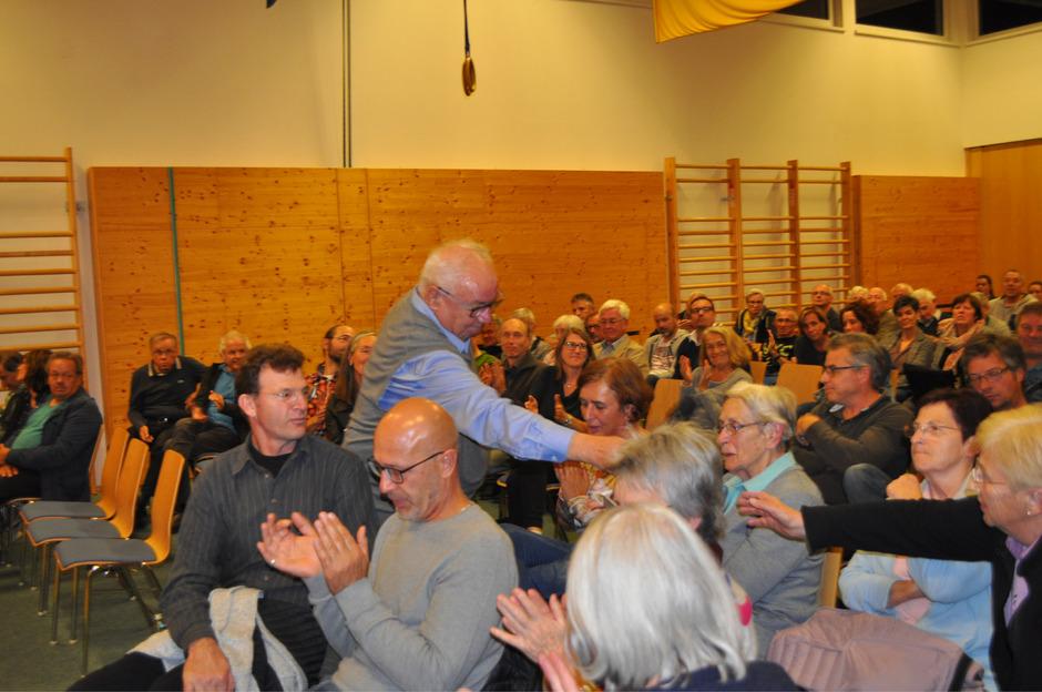 BM Paul Mascher (stehend) fungierte auch als Diskussionsleiter bei der teils sehr emotionalen Debatte im Gemeindesaal Biberwier.