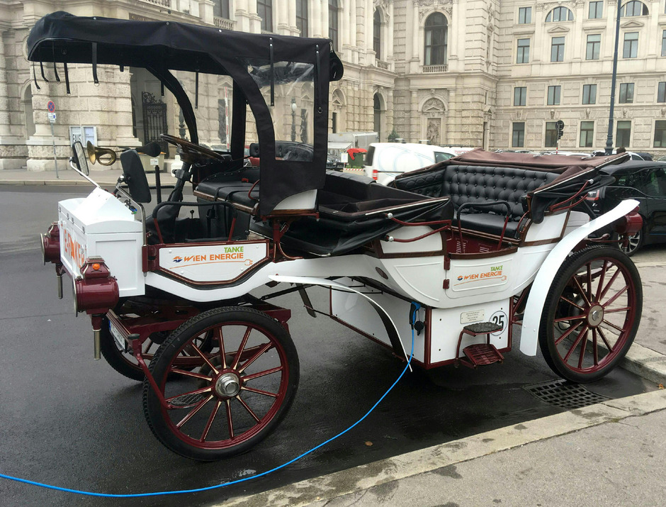Das Gefährt verfügt über 16 Kilowatt Leistung und kann eine Geschwindigkeit von bis zu 25 km/h erreichen.