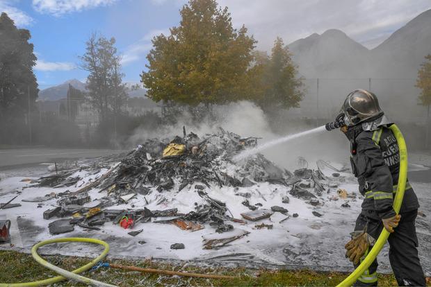 Die Feuerwehr konnte das Feuer rasch löschen, dank der schnellen Reaktion des Fahrers wurde der Lkw nur leicht beschädigt.