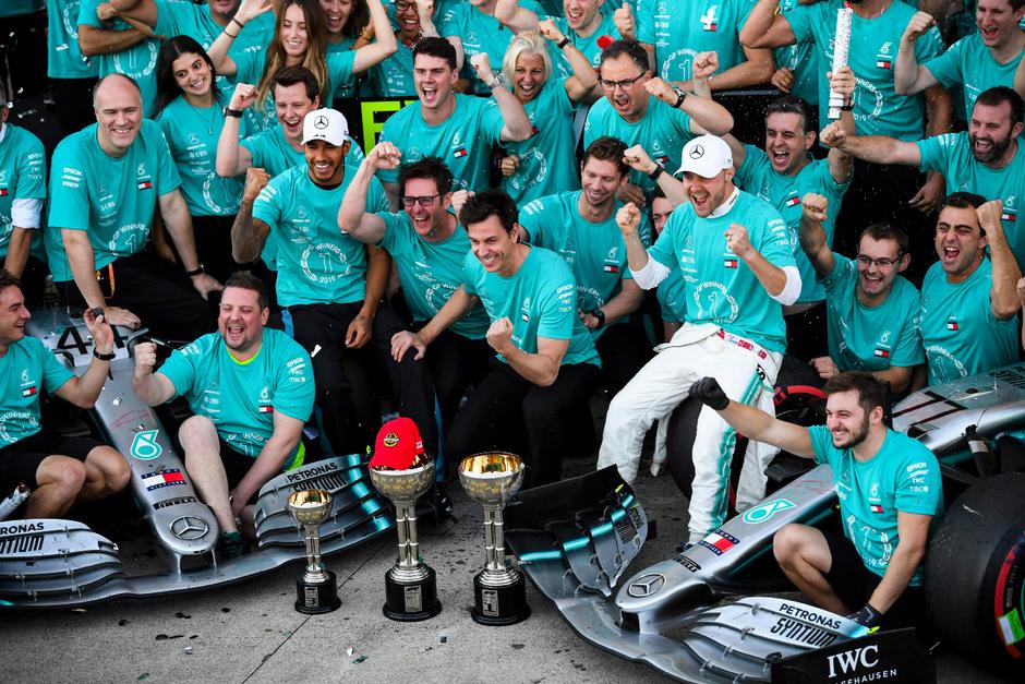 Das rote Kapperl auf dem Siegerpokal: Den sechsten Titel in Serie in der Konstrukteurs-WM widmete Mercedes seinem verstorbenen Aufsichtsrat-Chef Niki Lauda.