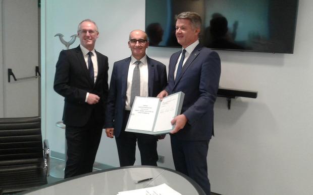 Die TINETZ-Geschäftsführer Thomas Trattler (li.) und Thomas Rieder (re.) unterzeichneten in Rom gemeinsam mit Michi Luigi (TERNA) die Verträge für die Wiederherstellung der Stromverbindung am Brenner.
